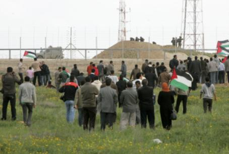 Arabs riot near security fence, Gaza