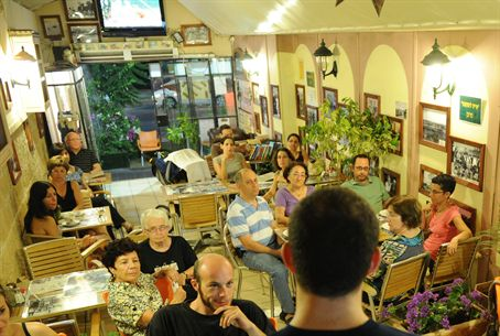 Weizmann Scientist Talks to Cafe-goers