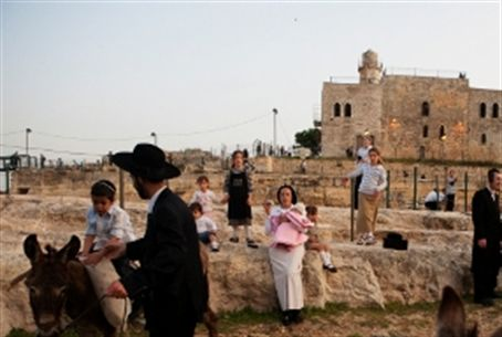 Visitors at Neve Samuel site