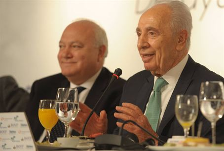President Peres meets the press in Madrid
