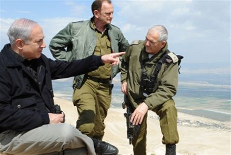Netanyahu with IDF officers in tour of Jordan