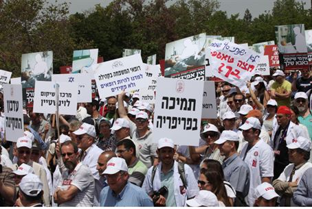 Doctors protest outside of the Knesset