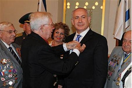 PM Netanyahu proudly receives a medal