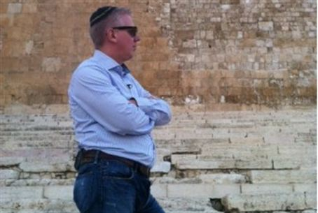 Glenn Beck with kipa at Temple Mount