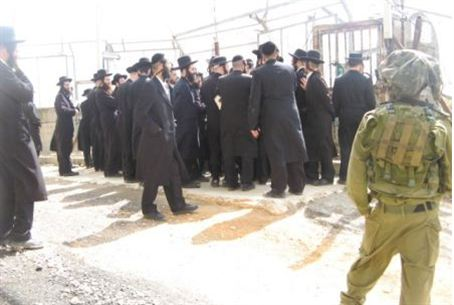 Chassidim pray at Rav Ashi tomb
