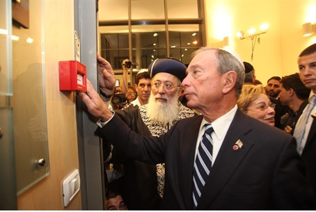 Mayor Bloomberg affixes mezuzah