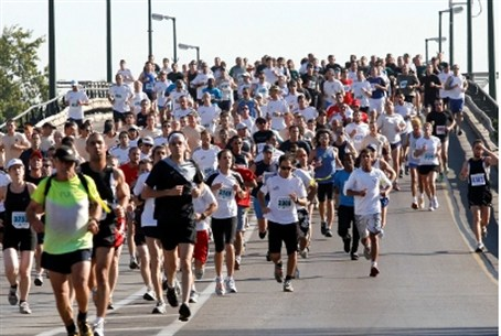 Marathon runners 'march' on Tel Aviv