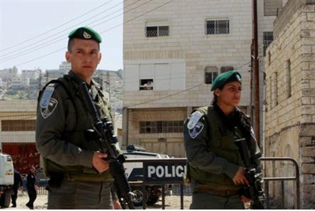 Border Police guard new Jewish home in Hevron