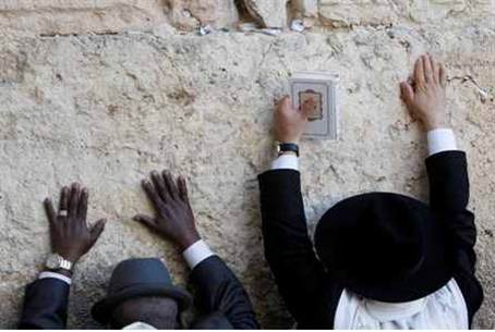 Worshippers at the Western Wall: No Smoking