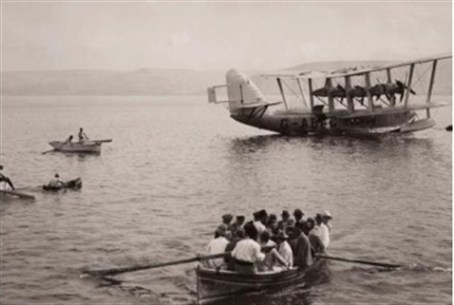 British Airways seaplane and boat on the Kinn