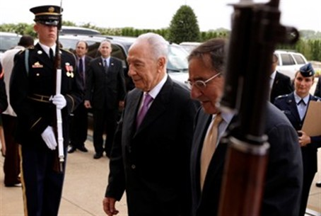 Panetta welcomes Peres with military recepti