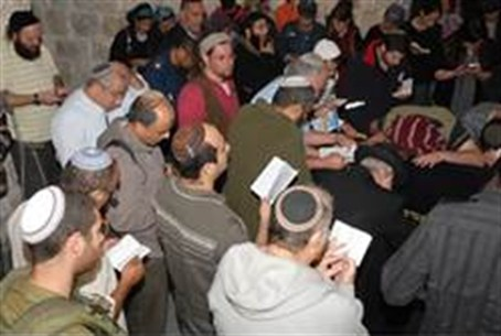 Jews worhip at Kever Yosef