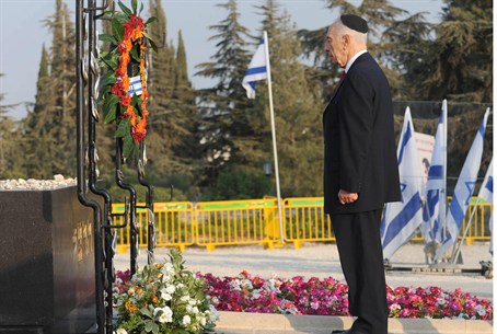 Peres at Herzl memorial