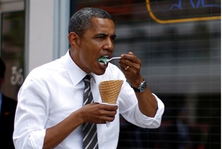 Obama eats ice cream in an Iowa campaign stop