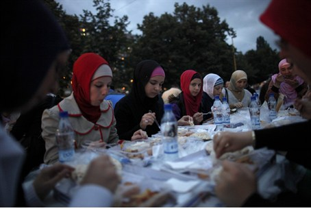 Muslims break Ramadan fast with feast (illustration)