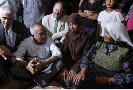Fayyad speaks with residents of Al-Mufaqara