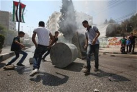 Arab youths erect a barricade in Hevron durin