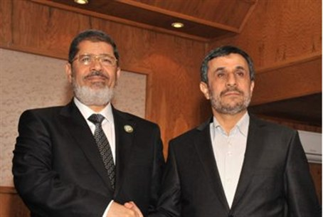 Morsi shakes hands with Ahmadinejad at the re