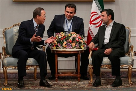 Ban Ki-moon (L) speaks with Ahmadinejad  at