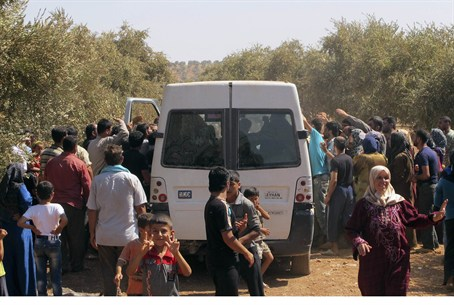Syrian refugees receive food rations near Tur