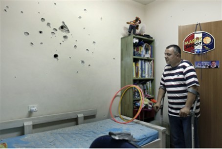 Israeli father views rocket damage, Netivot