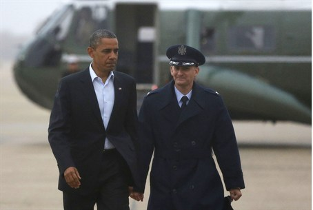 President Barack Obama walks towards Air Forc