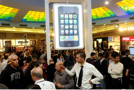 Israelis await purchase of iPhone