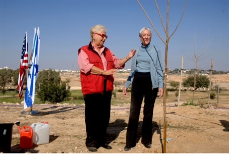 Hadassah President plants tree in Be'er Sheva