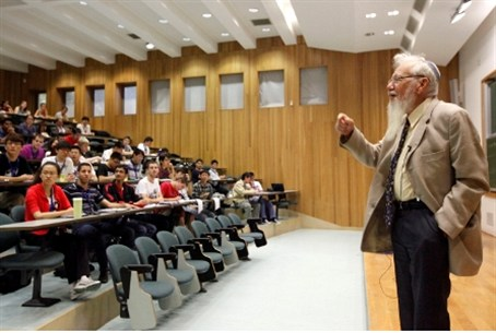 Prof. Aumann lecturing at Hebrew U. (file)