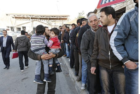 Syrians waiting to enter Lebanon