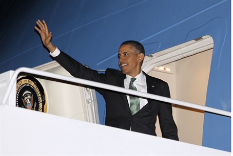 Obama waves as he steps aboard Air Force One
