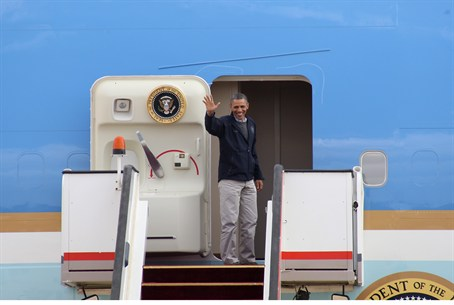 Obama waves from Air Force One