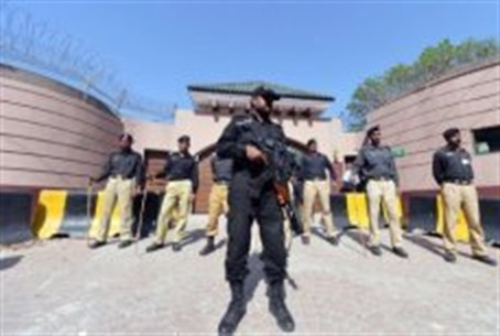 Pakistani police stand guard