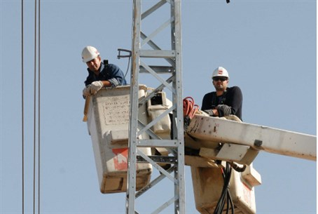 Electricity technicians at work (file)