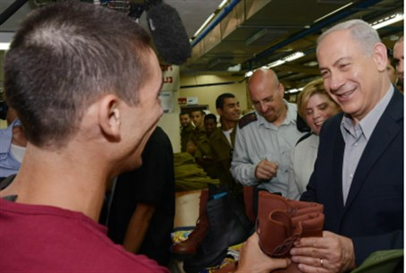 Netanyahu hands paratrooper his boots