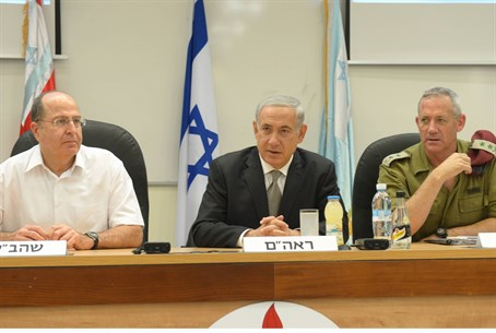 Netanyahu, flanked by Chief of staff Benny Ga