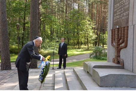 Shimon Peres at memorial near Vilnius, Aug 1