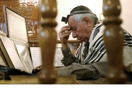 An Iranian Jew prays at a synagogue in Tehran, Iran (file)
