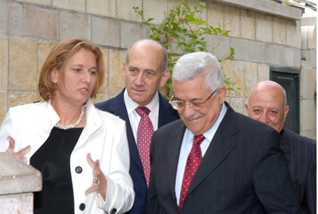Tzipi Livni with Mahmoud Abbas (file)