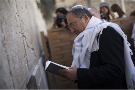 Lieberman at Kotel after acquittal