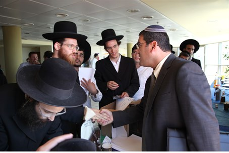 Sar Shalom-Gerbi with Hareidi recruits
