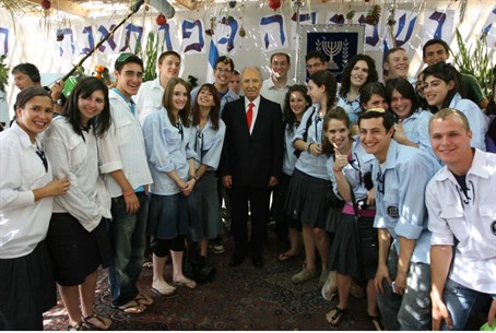 Shimon Peres, with Bnei Akiva Youth (Illustra