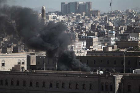 Smoke rises from Yemen's Defense Ministry after attack (file)