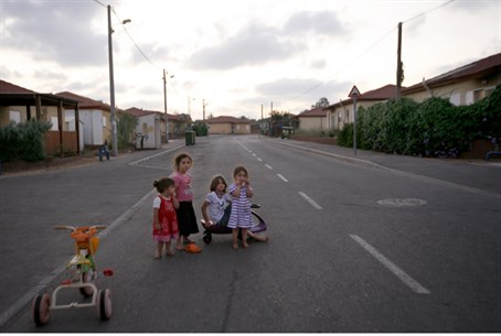 Children in caravan city of Nitzan