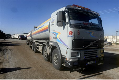 Fuel truck at Kerem Shalom crossing (file)