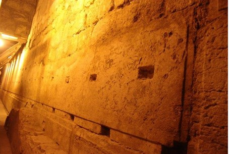 Over five hundred ton stone in Kotel tunnel