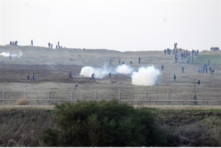 Terrorists storm Gaza fence (file)