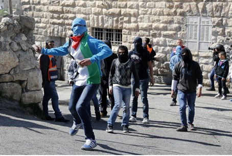 Palestinian Arabs provoke, hurl stones at IDF