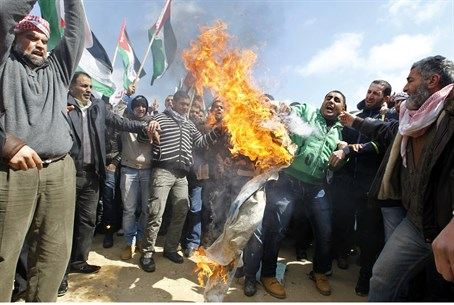 Israeli flag burned at Amman embassy (file)