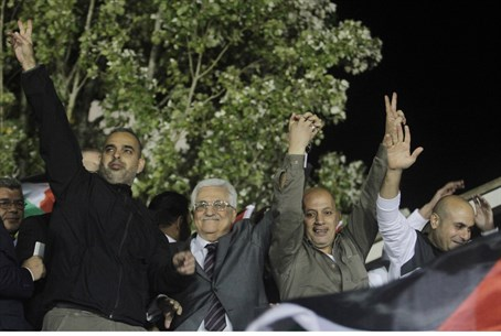 Mahmoud Abbas lauds Issa Abed Rabbo (R) as a